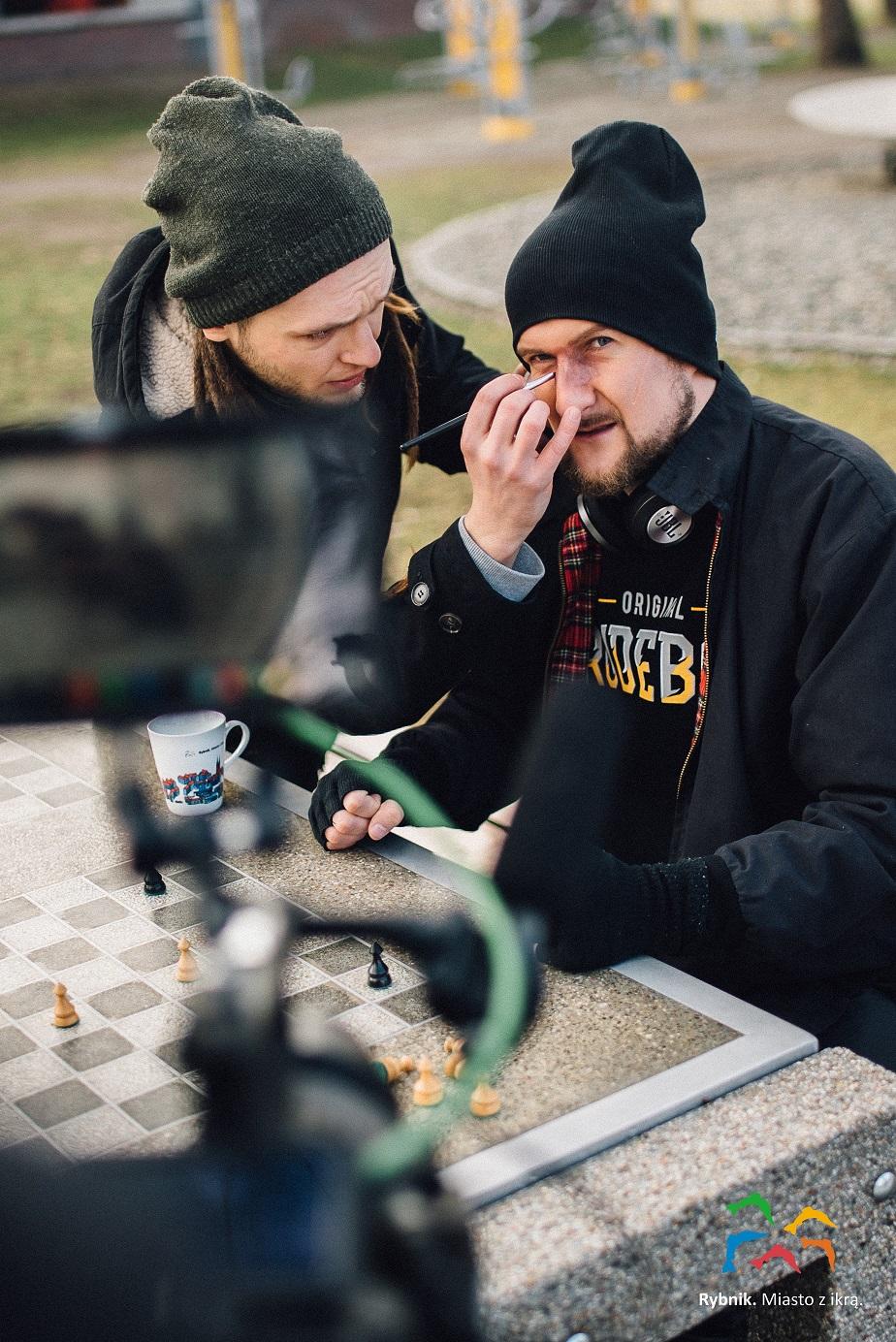 Od lewej - charakteryzator Wojciech Lech i GrubSon na planie klipu do utworu NIE JESTEM