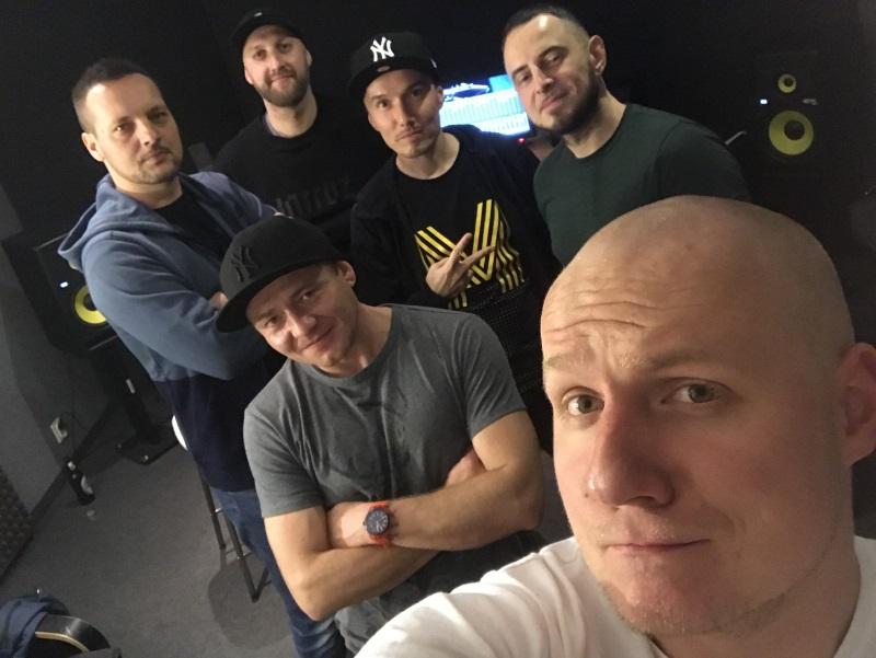 Kaliber 44 gościem na nowej płycie Pokahontaz. Na zdjęciu - Dawid Twardowski z MaxFloStudia, Joka, Fokus, DJ Jaros, Rahim i Dab
