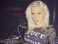 DJ Mirjami za konsolą w Klubie L'oval we Francji