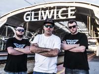 WOLNY ZIOMEK powstał w Gliwicach, rodzinnym miescie Skorupa (w środku), JazBrothers (z_l._-_Mateusz_Jaz,_z_p._-_Marcin_Jaz) i Bi